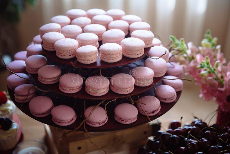 Barra de chocolate Tabela com doces, bufete com queques, doces, sobremesa fotografia de stock royalty free
