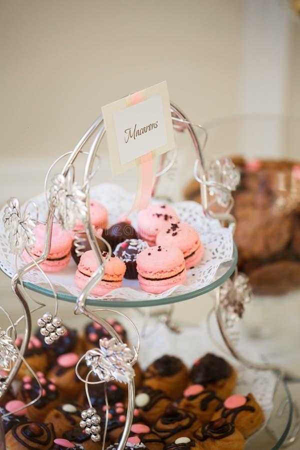 Barra de chocolate Tabela de banquete completamente das sobremesas e de uma variedade dos doces torta e bolo Casamento ou evento foto de stock royalty free