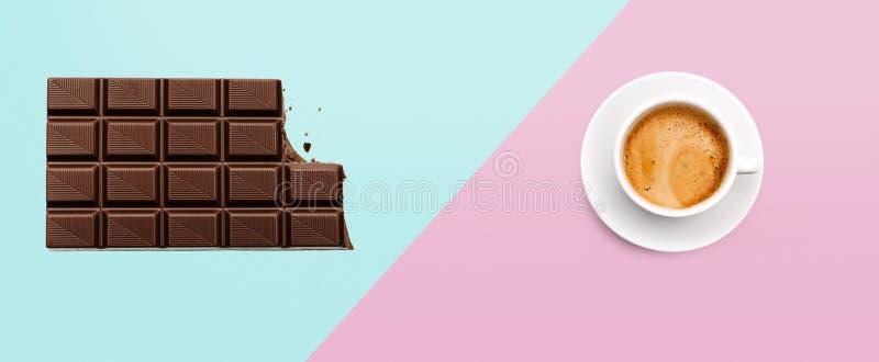 Barra de chocolate y taza de café en fondo coloreado fotos de archivo libres de regalías