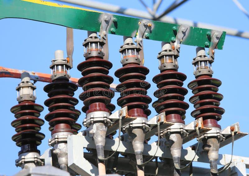 barra de cobre grande com cabos de alta tensão em uma energia elétrica foto de stock