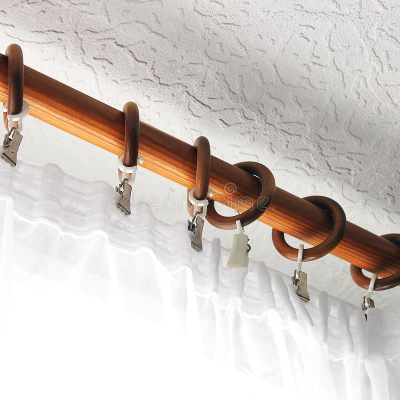 Barra de cortina con Tulle Fondo Tulle en la ventana fotos de archivo