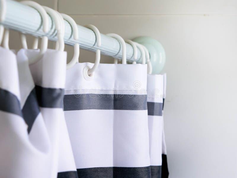 Barra de cortina en cuarto de baño fotos de archivo libres de regalías