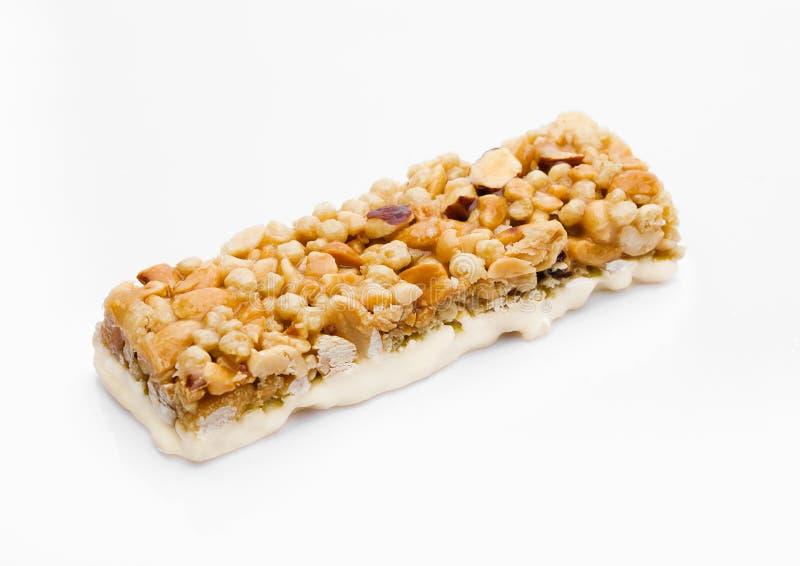Barra de energia do cereal da proteína do caramelo com porcas foto de stock royalty free