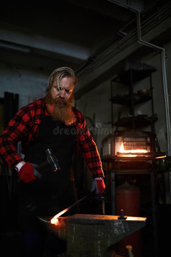 Barra de ferro forjado brutal do forjamento do ferreiro imagem de stock