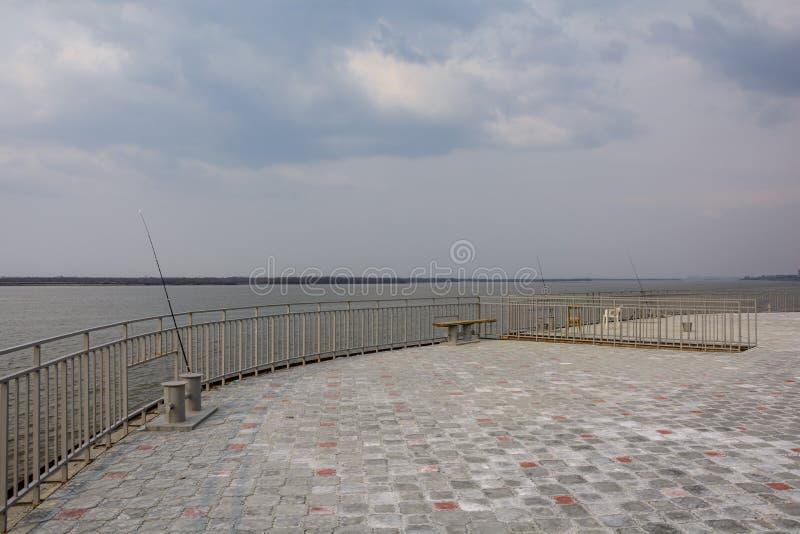 Barra de giro para pescar aislada en blanco foto de archivo