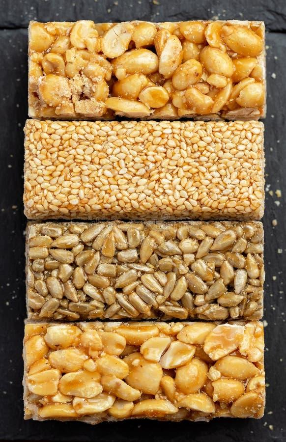 Barra de Granola Bocado dulce sano del postre Sésamo, avellana, girasol en miel Gozinaki es comida nacional georgiana imagen de archivo libre de regalías