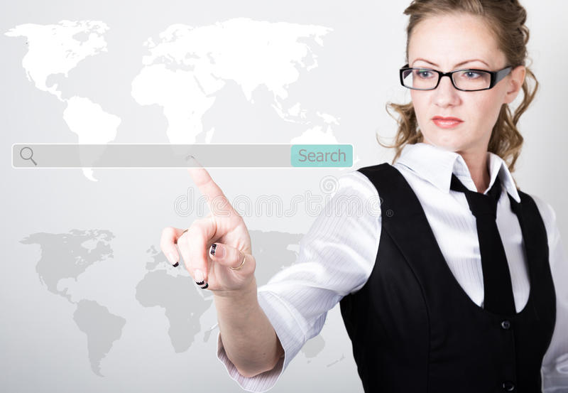 Barra de la búsqueda en la pantalla virtual Tecnologías de Internet en negocio y hogar mujer en el traje de negocios y el lazo, p fotografía de archivo
