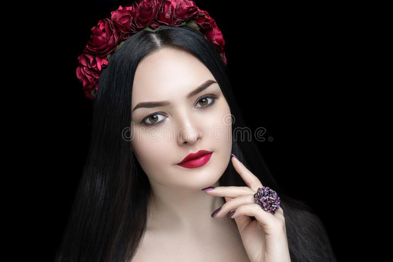 Barra de labios mate roja de la mujer de la belleza fotografía de archivo libre de regalías