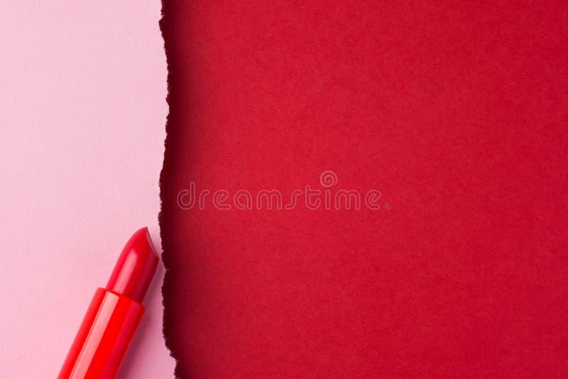 Barra de labios roja en el fondo de papel marrón del rosa del duotone con el borde rasgado del frazzle Plantilla diseñada del car imágenes de archivo libres de regalías