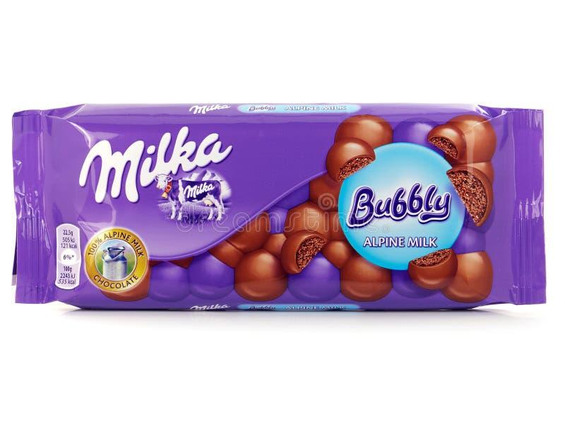 Barra de Milka Bubbly Chocolate, chocolate con leche alpino aireado foto de archivo