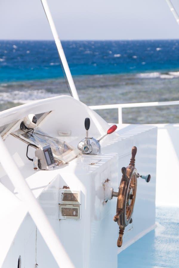 Barra de navegação de madeira no barco branco do mergulho com o Mar Vermelho no B imagem de stock