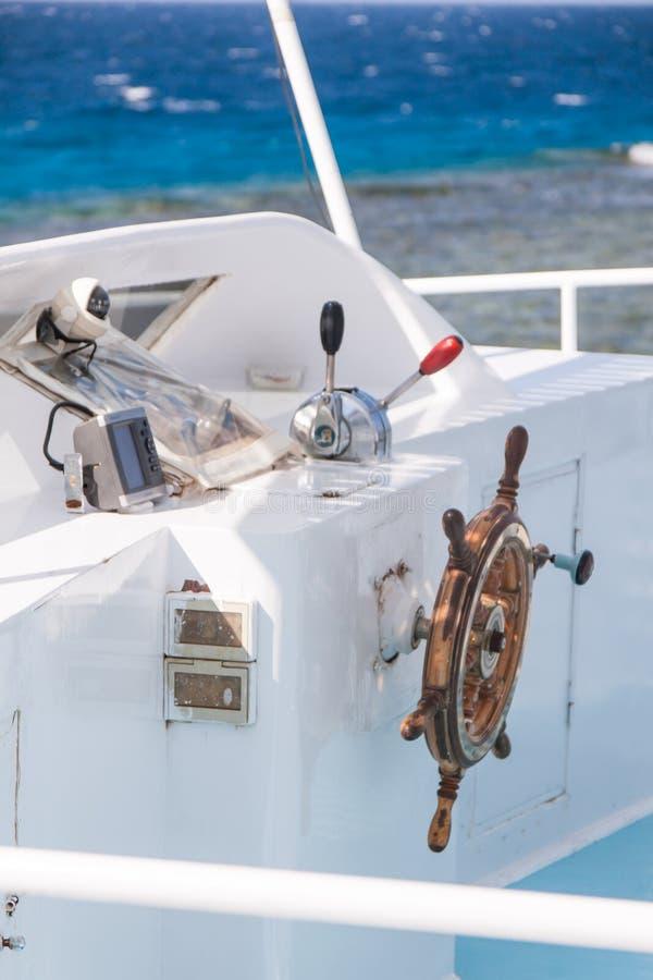 Barra de navegação de madeira no barco branco do mergulho com o Mar Vermelho no B foto de stock