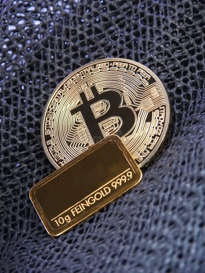 Barra de oro de Bitcoin y de oro fotos de archivo