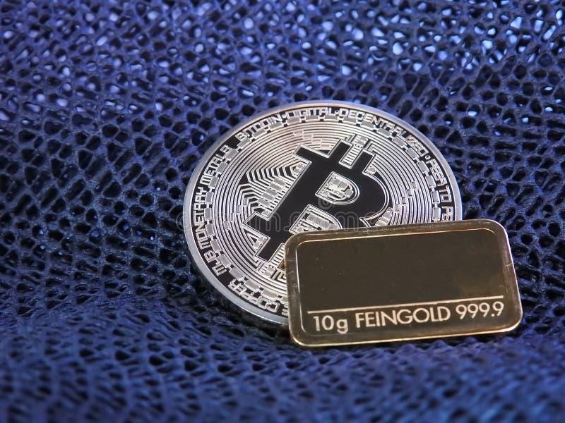 Barra de oro de Bitcoin y de oro imagen de archivo libre de regalías