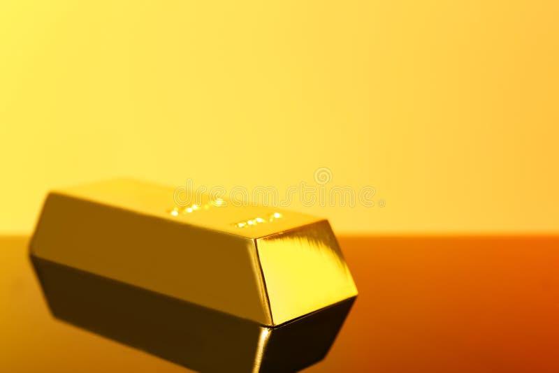 Barra de ouro brilhante preciosa na superfície do espelho, espaço para imagem de stock royalty free