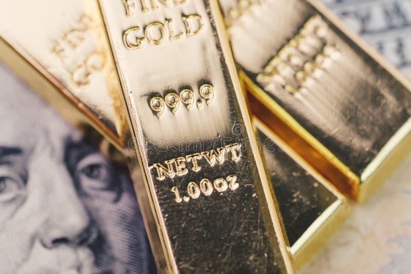 Barra de ouro, lingotes ou pilha do lingote na cédula do dólar americano de América imagens de stock