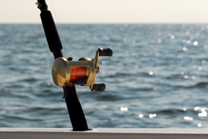 Barra de pesca y carrete de lanzamiento imágenes de archivo libres de regalías