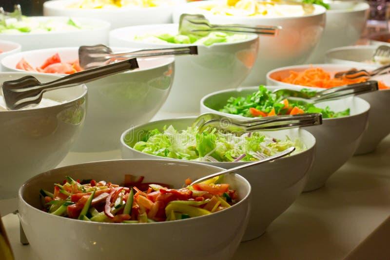 Barra de salada Legumes frescos nas bacias brancas fotografia de stock royalty free