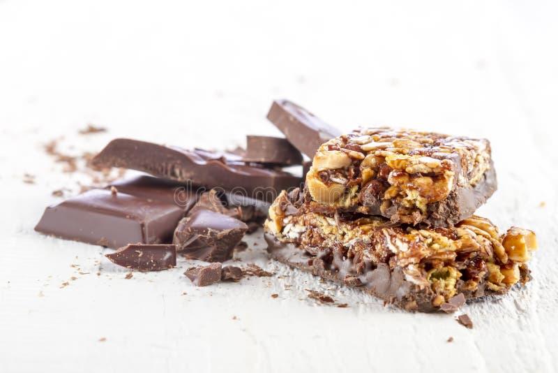 Barra del cereal con el chocolate imágenes de archivo libres de regalías