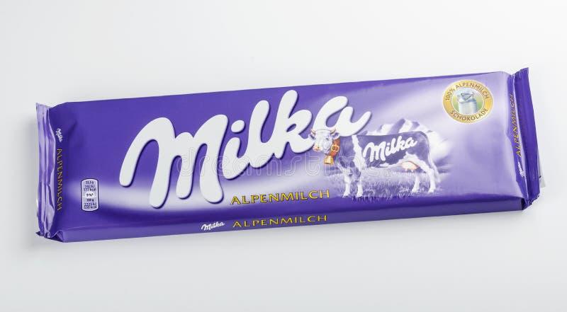 Barra del chocolate de Milka aislada en el fondo blanco fotografía de archivo libre de regalías