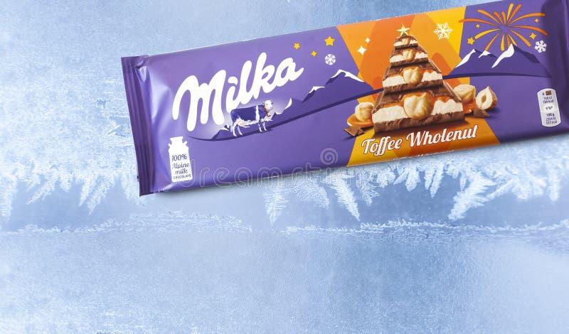 Barra del chocolate de Milka aislada en fondo congelado fotos de archivo libres de regalías