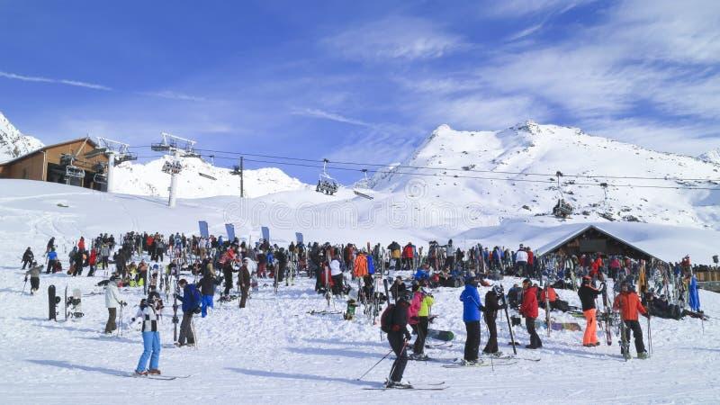 Barra del esquí de Apres en las montañas francesas por completo de esquiadores y de snowboarders fotografía de archivo