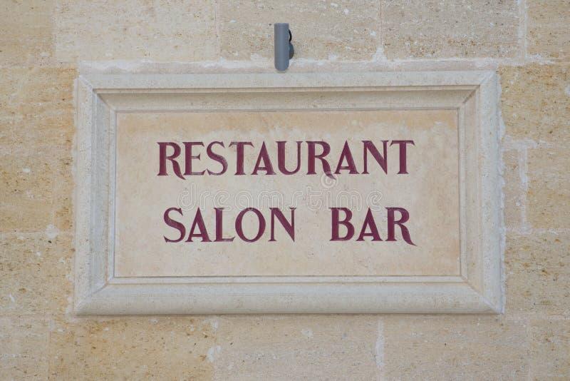 barra del restaurante en Francia en una pared de piedra vieja del país foto de archivo libre de regalías