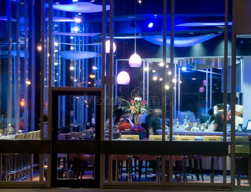 Barra del sushi en la noche fotos de archivo