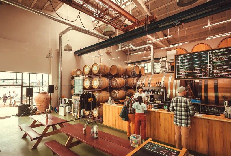 Barra della birra con i barilotti con i bevitori ed il barista della fabbrica di birra di Mikkeller fotografie stock libere da diritti