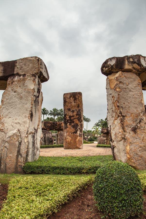 Barra della roccia nel giardino immagine stock