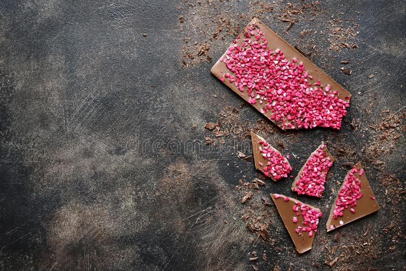 Barra di cioccolato casalinga con il lampone Vista superiore con lo spazio della copia fotografie stock