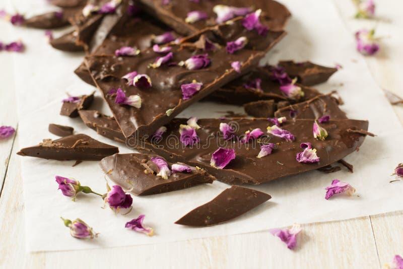 Barra di cioccolato con i petali rosa fotografia stock libera da diritti