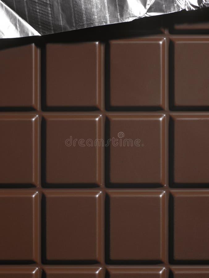 Barra di cioccolato fondente con foglio di alluminio fotografia stock