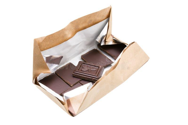 Barra di cioccolato nel pacchetto aperto isolato su fondo bianco con il percorso di ritaglio fotografia stock libera da diritti