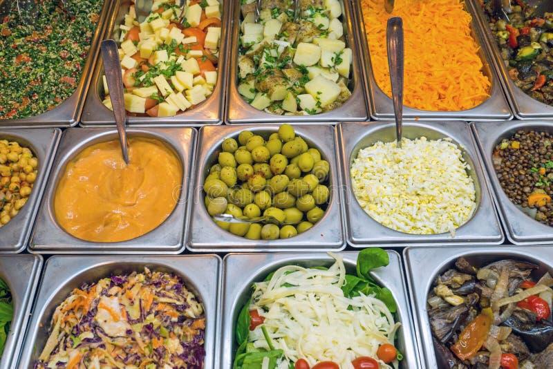Barra di insalata con molta scelta fotografie stock libere da diritti
