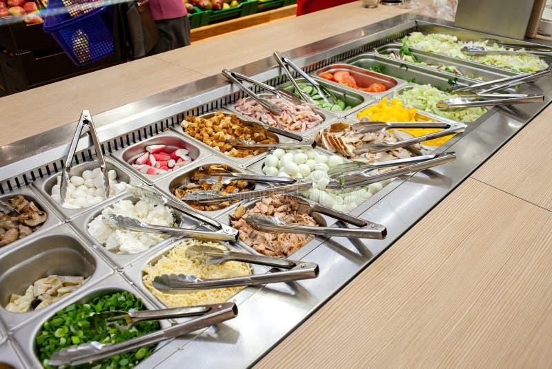Barra di insalata Spazio di esposizione delle opzioni per la scelta dei clienti fotografia stock libera da diritti