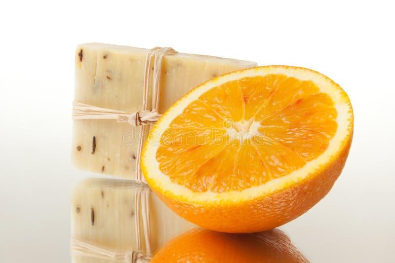 Barra di sapone e dell'arancio naturali fotografia stock libera da diritti
