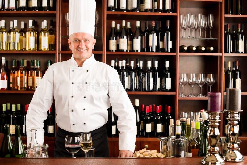 Barra di vino del cuoco del cuoco unico che si leva in piedi ristorante sicuro immagine stock libera da diritti