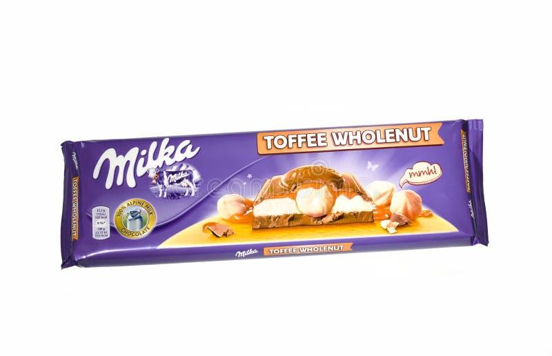 Barra do chocolate inteiro da porca do caramelo de Milka isolado no fundo branco fotografia de stock