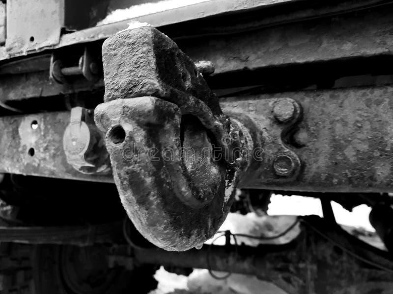 Barra do gancho ou de reboque do carro - vista traseira sob a parte inferior fotografia de stock