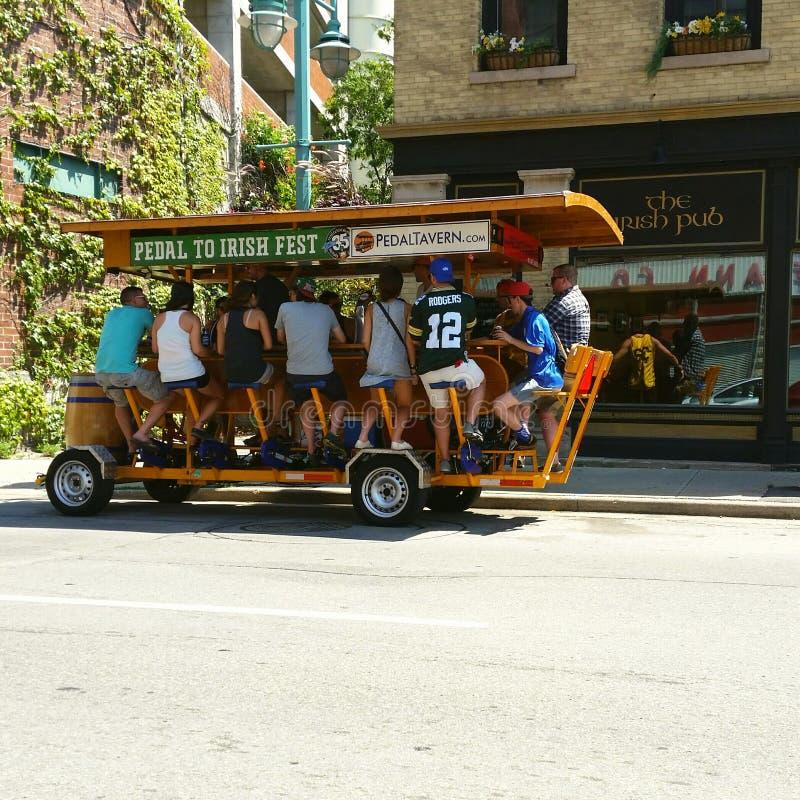 Barra do pedal na rua em Milwaukee, WI, EUA imagens de stock royalty free
