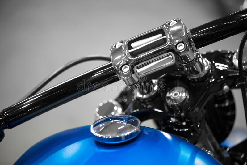 Barra do punho da motocicleta com tanque azul fotografia de stock royalty free