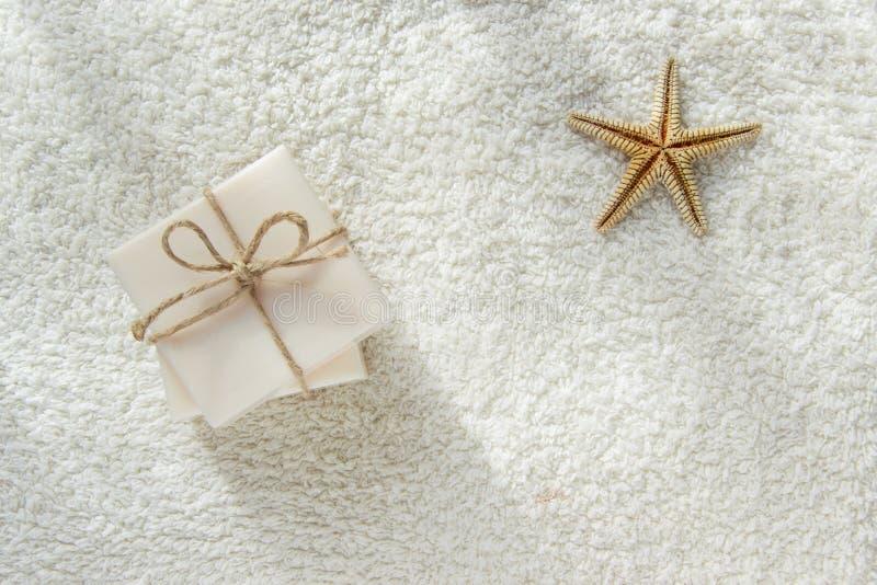 Barra do sabão de dois presentes na toalha branca com espaço para o texto imagem de stock