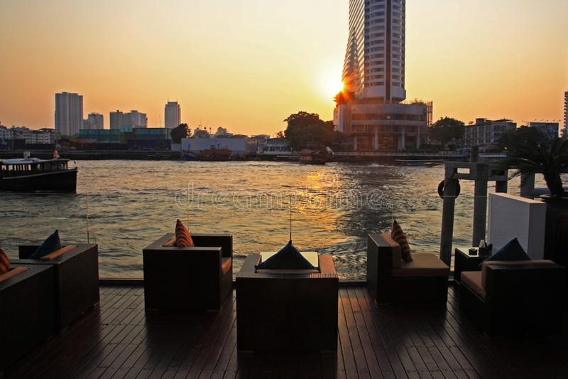 Barra e ristorante della riva del fiume vicino al fiume, Bangkok fotografia stock libera da diritti