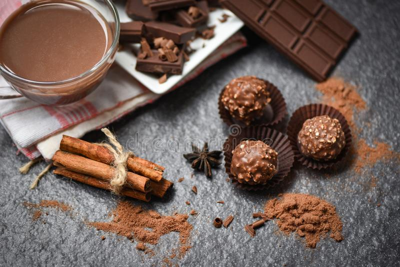 Barra e spezia di cioccolato sulla palla scura cioccolato/del fondo e sul dessert dolce della caramella della polvere dei chip de fotografia stock libera da diritti