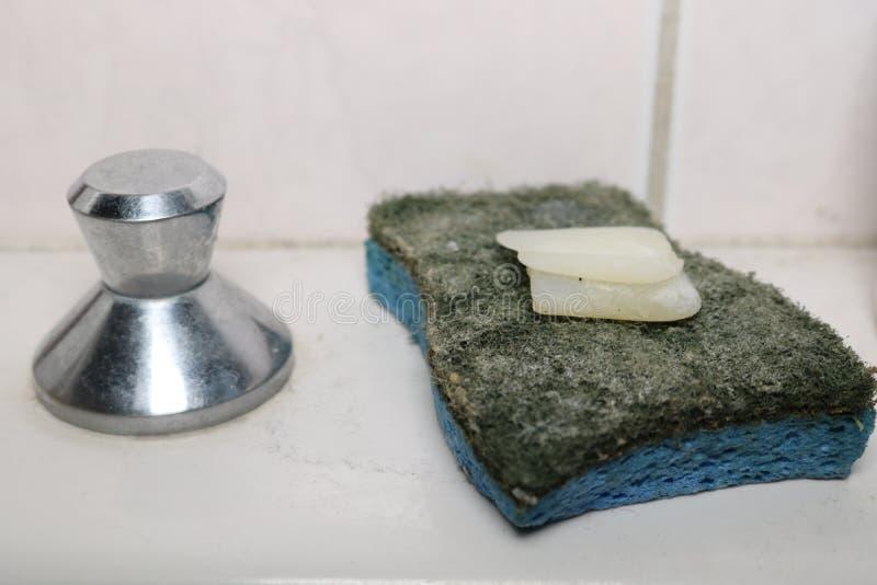 Barra e spugna del sapone su un lavandino immagine stock