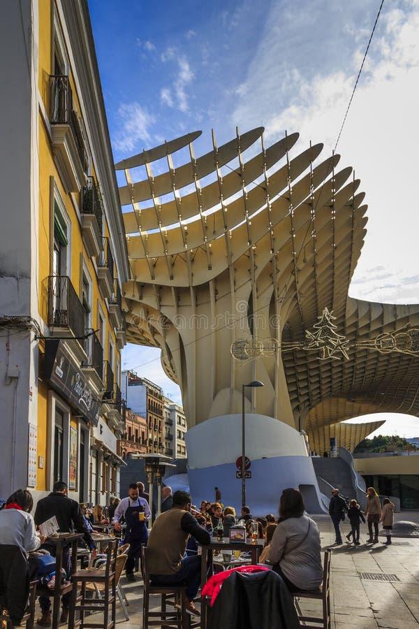 Barra en Plaza de la Encarnación con el parasol de Metropol en el fondo imágenes de archivo libres de regalías