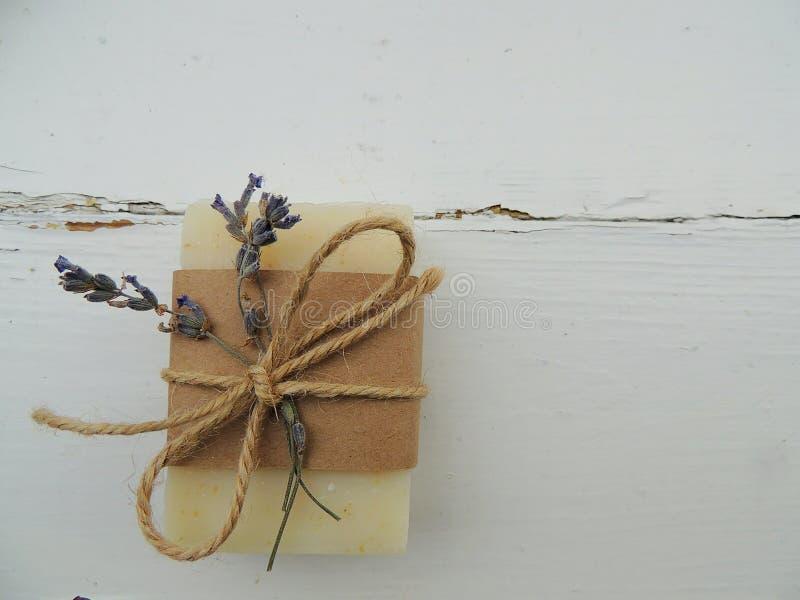 Barra fatta a mano del sapone della stazione termale del bagno su fondo di legno d'annata Saponeria Stazione termale, cura di pel fotografia stock libera da diritti