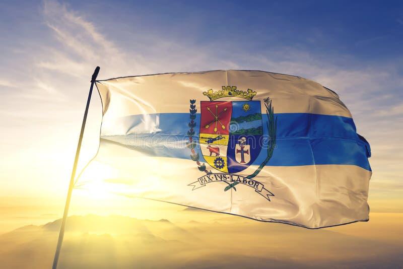 Barra Mansa von Brasilien Fahne auf dem obersten Sonnenaufgangsnebel lizenzfreies stockbild