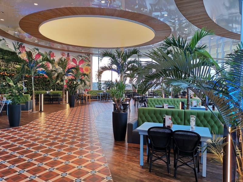 Barra moderna da sala de estar em Therme Bucareste, Romênia foto de stock royalty free